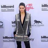 Kendall Jenner con chaqueta con motivos geométricos y botas mosqueteras