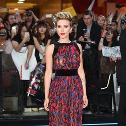 Scarlett Johansson con vestido largo ceñido a la cintura y colores vibrantes