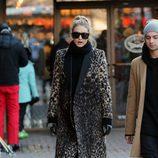 Gigi Hadid se refugia en el print para protegerse del frío