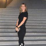Gisele Bündchen con pantalón con estrellas y camiseta básica negra