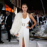 Natasha Poly con vestido largo blanco con abertura lateral