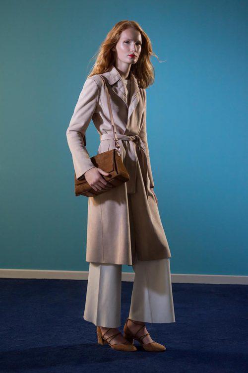 Maxi abrigo arena y bolso marrón de ante de la colección 'Espejismo de verano' de Adolfo Dominguez