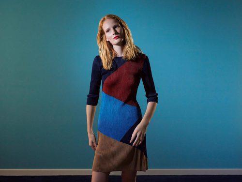 Vestido corto recto de colores de la colección 'Espejismo de verano' de Adolfo Dominguez