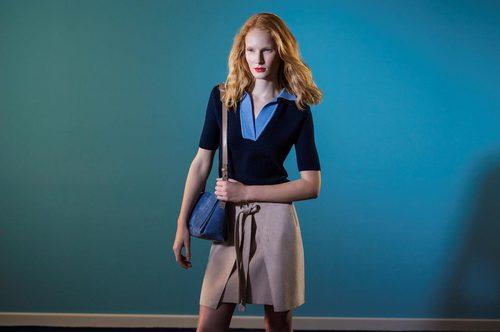 Polo azul con cuello uve y falda tipo tenis de la colección 'Espejismo de verano' de Adolfo Dominguez