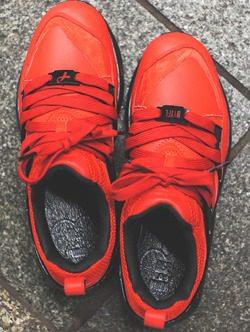 Detalle lazo zapatillas rojas y negras 'New York is for lovers' de la nueva colaboración de PUMA