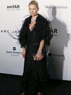 Kate Moss con vestido largo negro y plumas