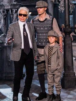 Karl Lagerfeld con modelo con chaleco de jacquar de Chanel