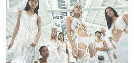 Modelos con conjuntos en blanco para la nueva campaña de Givenchy