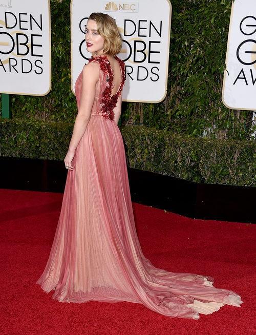 Amber Heard con vestido de corte princesa con detalle floral