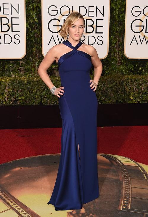 Kate Winslet con vestido largo ajustado en azul oscuro de Ralph Laurent
