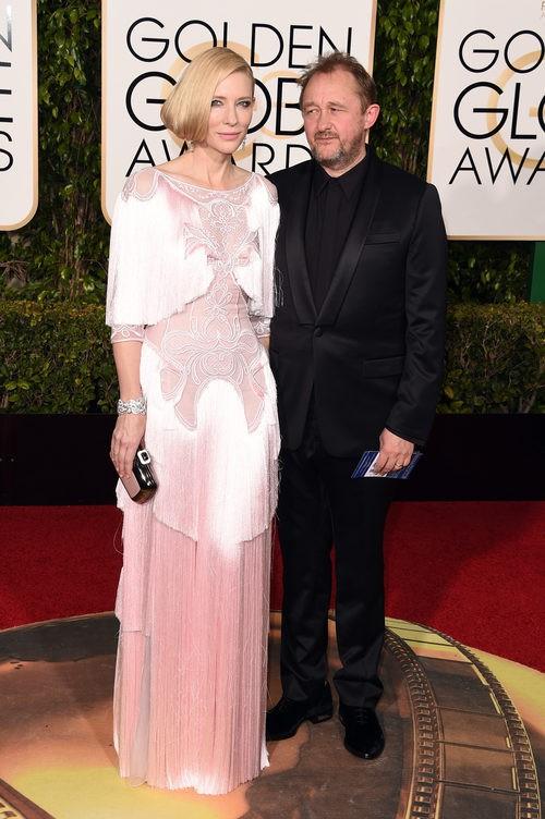 Cate Blanchett con vestido largo rosa pastel y flecos de Givenchy junto a Andrew Upton