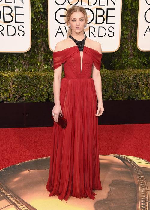 Natalie Dormer con vestido largo rojo de seda con pliegues y detalle negro strass