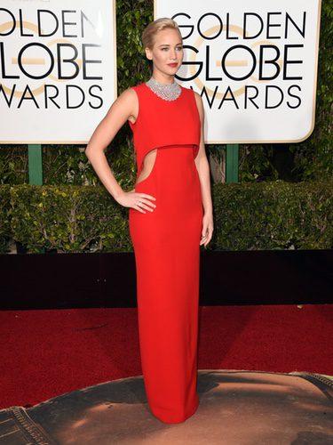 Jennifer Lawrence con vestido largo rojo con cortes laterales de Dior