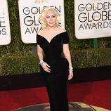 Lady Gaga con vestido largo negro ajustado con escote en uve y mangas caídas de Versace
