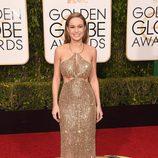 Brie Larson con vestido dorado con falda ajustada y cuerpo asimétrico de Calvin Klein