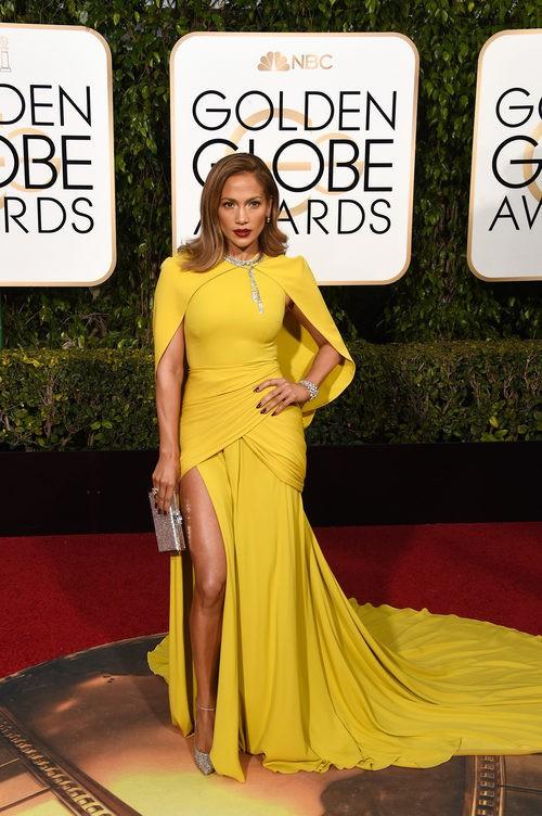 Jennifer Lopez con vestido de cola ancha en amarillo chillón de Giambattista Valli