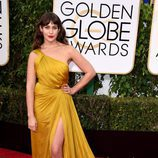 Lola Kirke con vestido largo con abertura lateral en amarillo de Monique Lhullier