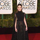Emilia Clarke con vestido largo negro con transparencias y capa de Valentino