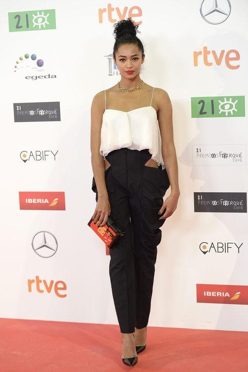 Berta Vázquez con conjunto blanco y negro con pantalón alto y top corto