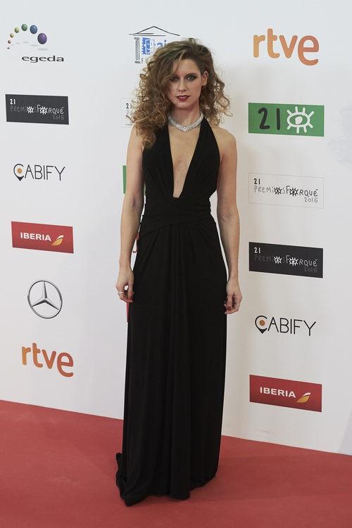 Manuela Vellés con vestido largo negro con escote vertical hasta la cintura