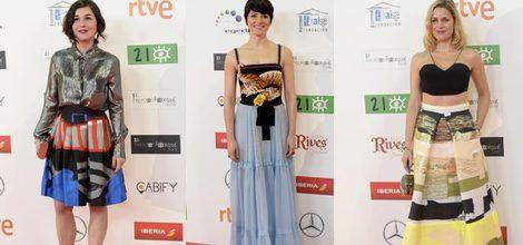 Bárbara Lennie con vestido de estética tradiconal inglesa con falda de tul azul y cuerpo con estampado