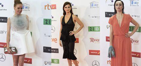 María Castro con vestido corto blanco de falda asimétrica y detalle maxi