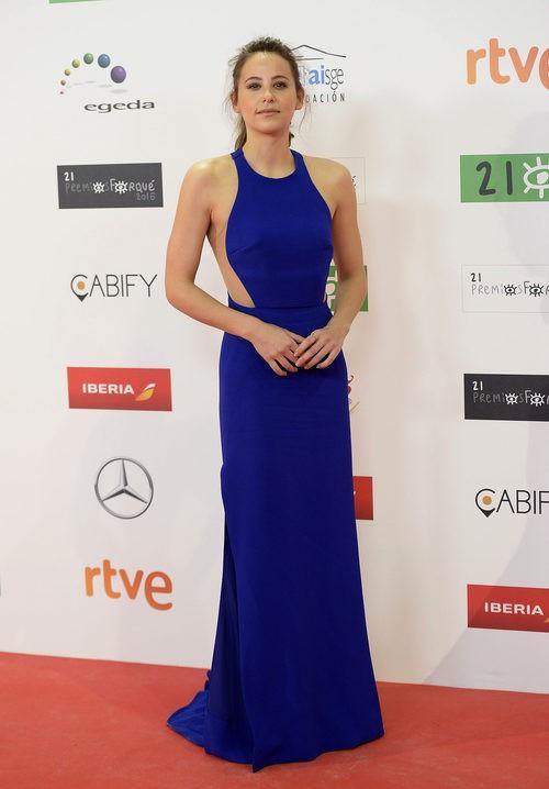 Irene Escolar con vestido largo recto en azul eléctrico y aberturas laterales en la cintura