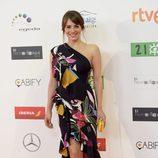 Andrea Duro con vestido midi negro con volantes asimétricos y estampados florales