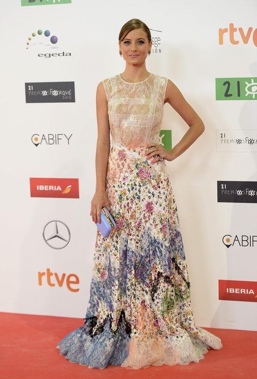 Michelle Jenner con vestido de tul con falda amplia y detalles florales