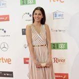 Michelle Calvo con vestido de tul transparente y líneas verticales blancas