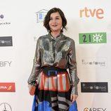 Nadia de Santiago con look futurista de camisa plateada y falda con manchas de color