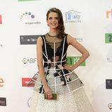 Macarena Gómez con vestido de dos piezas con estructura cancán y falda blanca con lunares