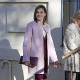 La Reina Letizia con un abrigo rosa cuarzo