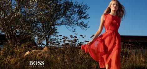 Anna Ewers con vestido vaporoso en naranja rojizo de Hugo Boss