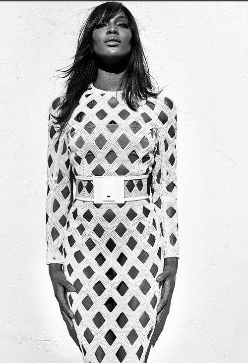 Naomi Campbell con vestido blanco largo ajustado de rejilla de Balmain para primavera/verano 2016