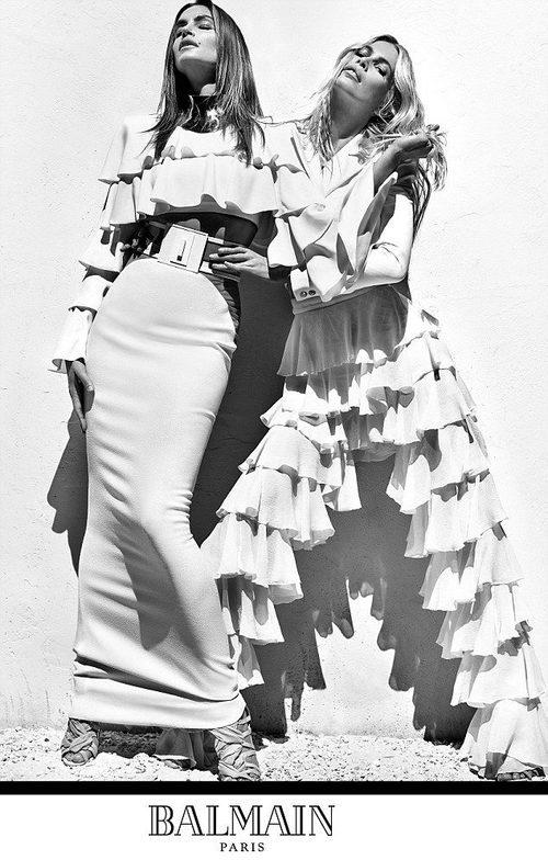 Cindy Crawford y Claudia Schiffer con conjuntos blancos con volantes de Balmain para primavera/verano 2016