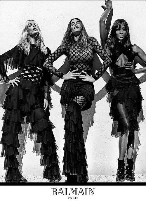 Claudia Schiffer, Cindy Crawford y Naomi Campbell con conjuntos negros de rejilla con volantes de Balmain para primavera/verano 2016