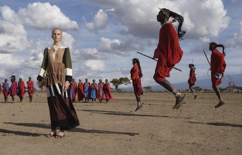Vestido largo con superposición de capas y colores junto al pueblo Masai para Valentino