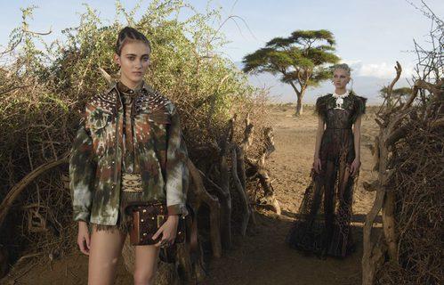 Cazadora de camuflaje psicodélico y vestido largo negro transparente para Valentino