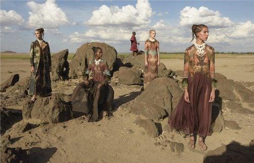 Vestidos túnica de tonalidades tierra con formas ondulantes de Valentino