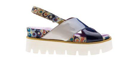 Sandalias planas con estampado psicodélico de colores de Úrsula Mascaró