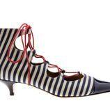 Stiletto de tacón bajo con estampado de rayas horizontales azules y blancas de Úrsula Mascaró