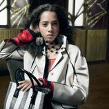 Yasmin Wijnaldum abrigo blanco y bolso mediano de cuero de Prada