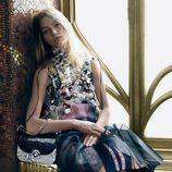 Shasa Pivovarova con vestido midi con estampado animal y detalles de Prada