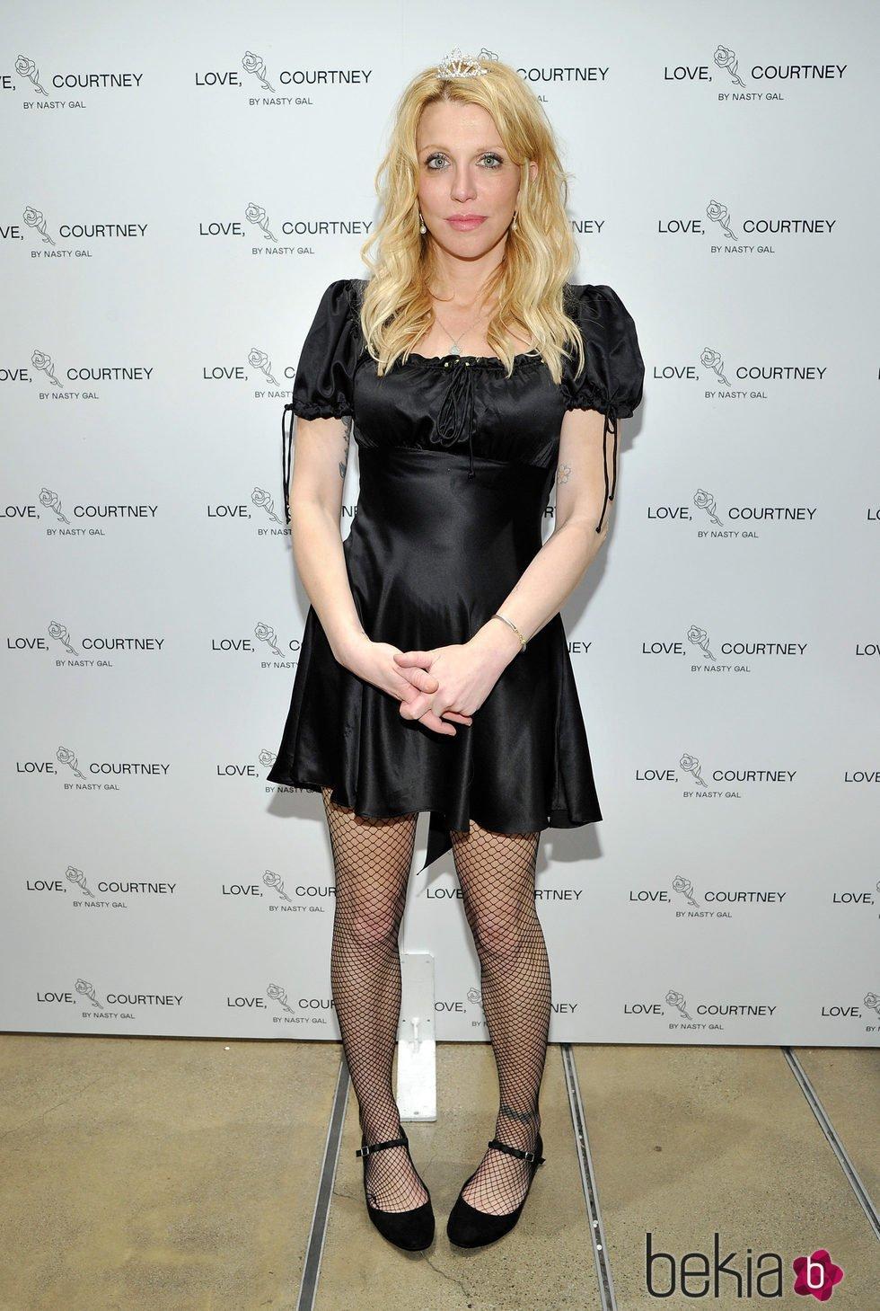 Courtney Love con vestido negro corto