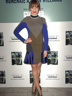 Hiba Abouk con vestido ajustado y estampado geométrico de Stella McCartney