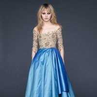 Vestido con cuello barca champagne y falda asimétrica azul de Reem-Acra