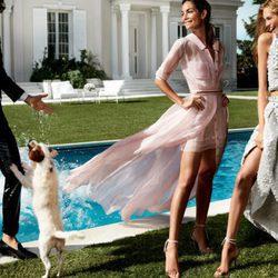 Vestidos de gasa rosa claro y conjunto con efecto glitter de Carolina Herrera