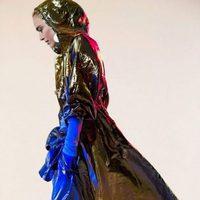 Abrigo chubasquero dorado y pantalones azules todo de lúrex de Isabel Marant