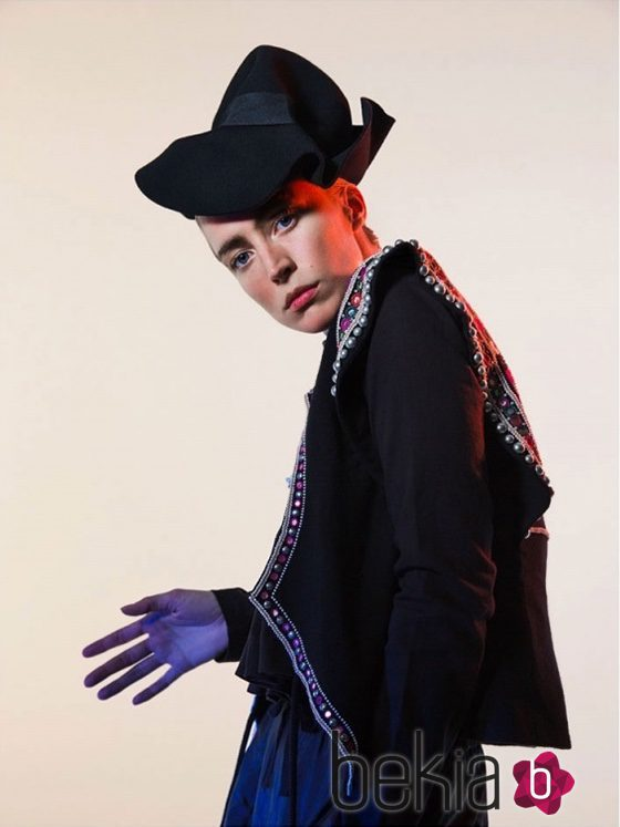 Chaqueta negra con piedras bordadas y tocado negro de Isabel Marant